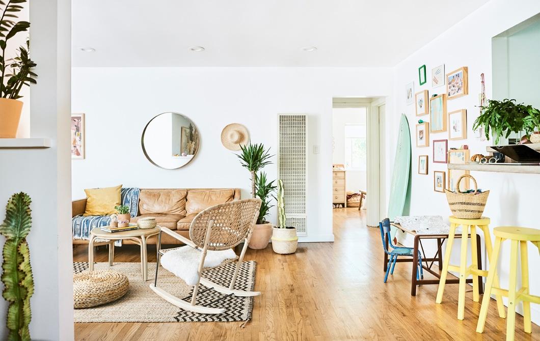 Kunjungan ke rumah: keluarga bahagia di rumah alami yang santai