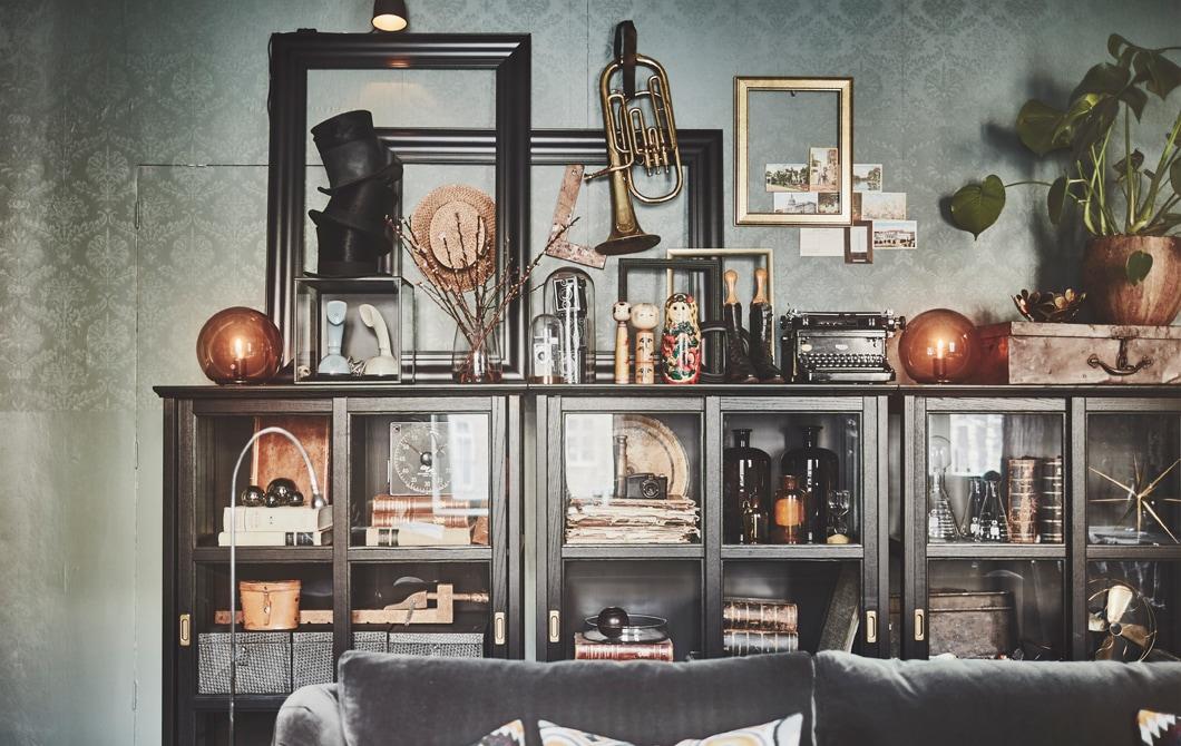 Tampilan interior rumah yang pribadi dan eklektik