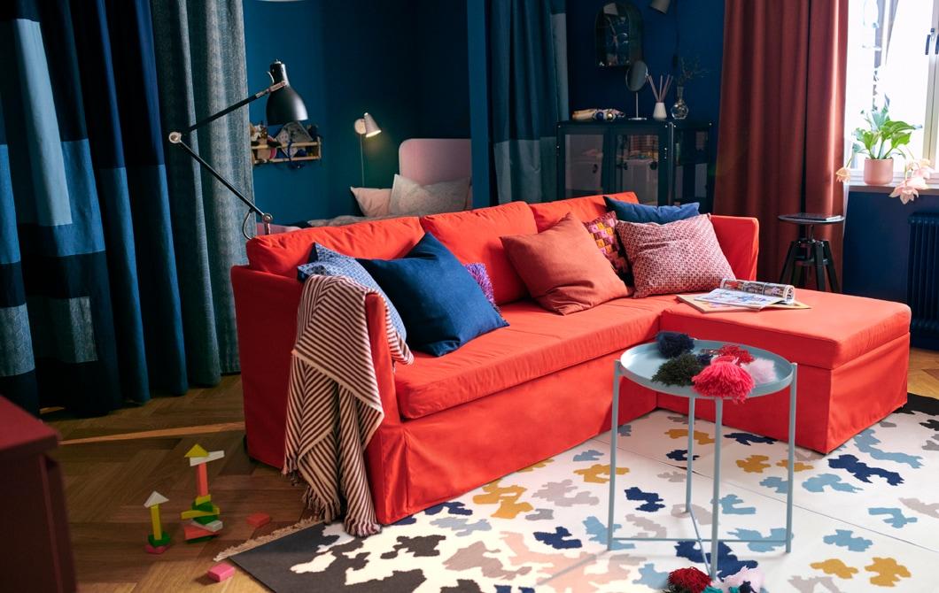 Ruang kecil berwarna-warni dan nyaman untuk dua orang