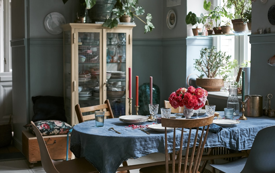Kunjungan ke rumah: pengaturan meja meriah dengan drama