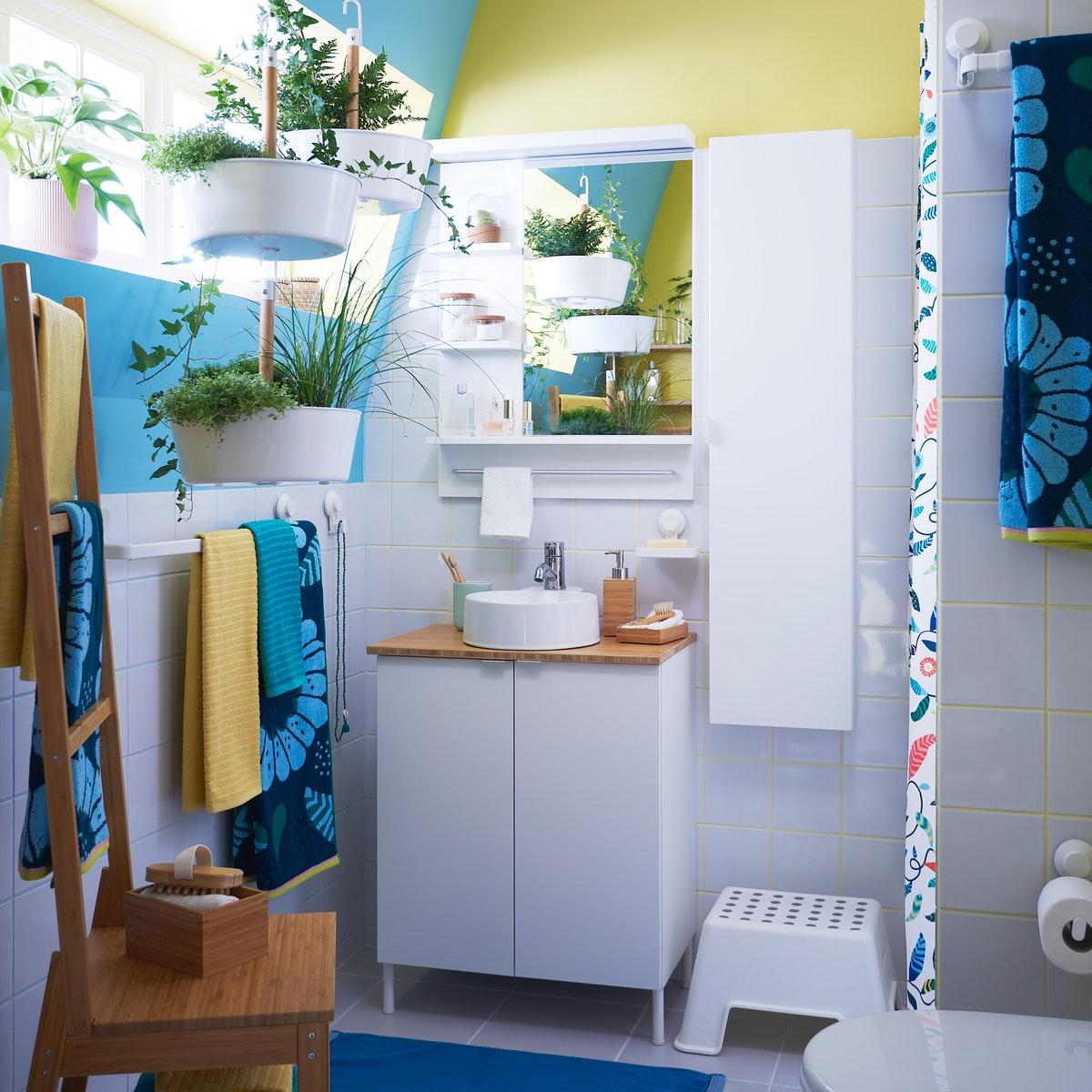 A cheerful small bathroom