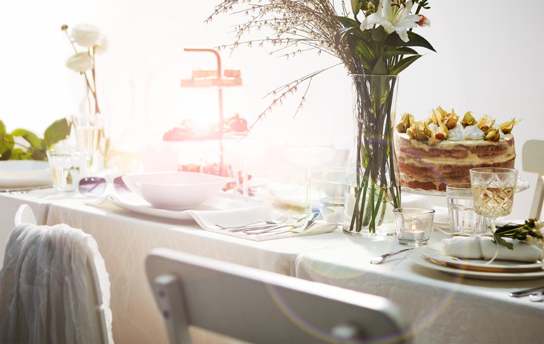 Penataan meja yang elegan untuk jamuan makan Lebaran
