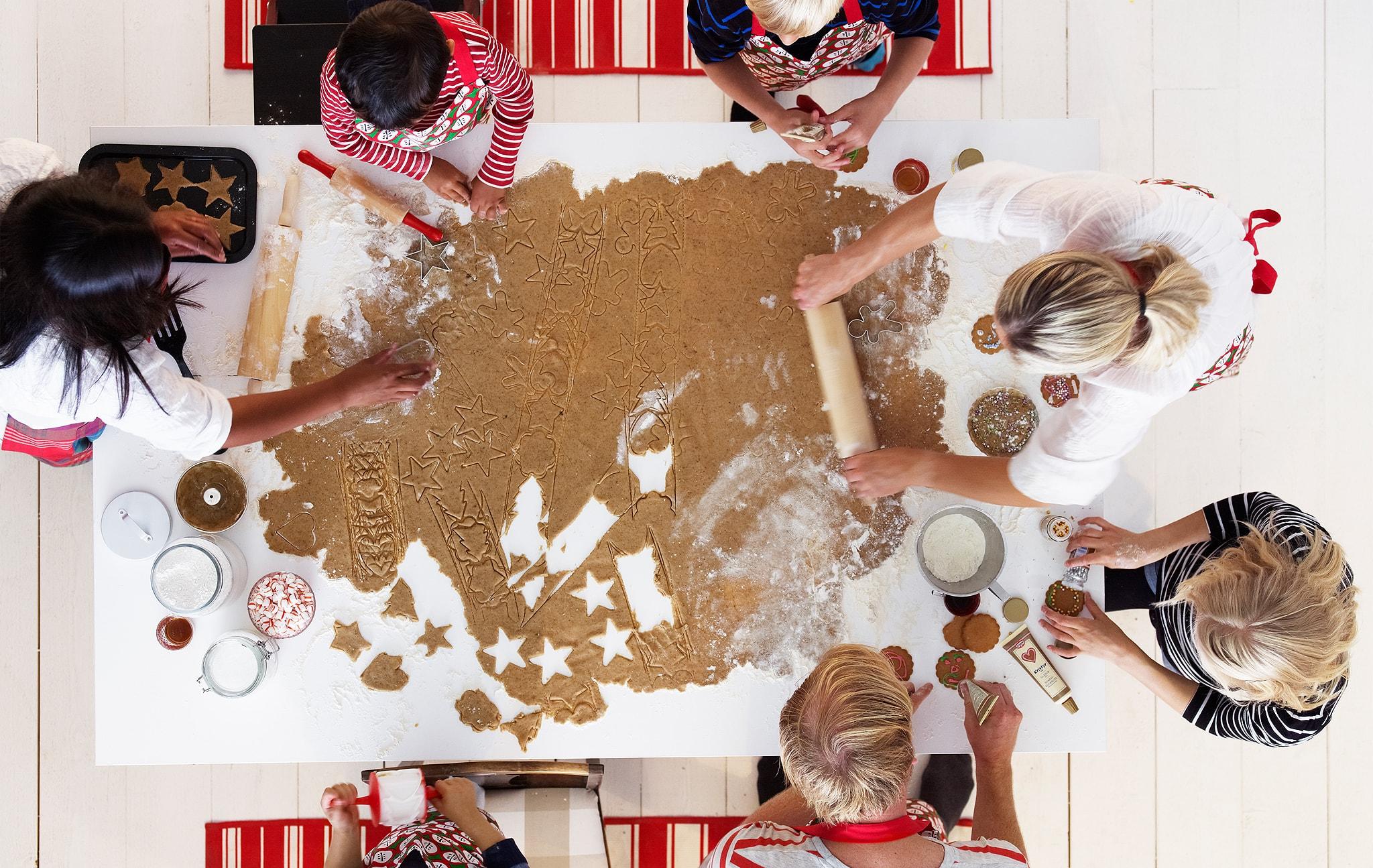 Memanggang kue jahe Natal - rasa pertama dalam musim liburan