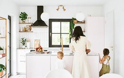 Kunjungan rumah: gaya minimalis modern di sebuah rumah keluarga