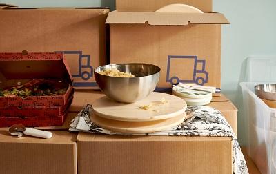 Makan malam pindahan yang cepat di rumah baru
