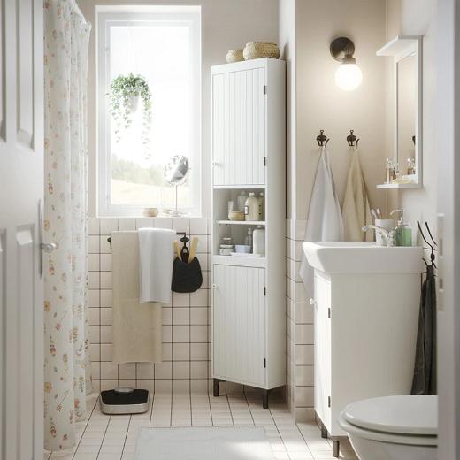 Nuansa putih untuk kamar mandi klasik